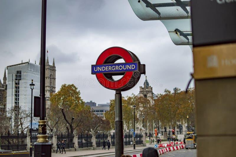 La muestra de la red del tren del undergound en letrero redondo en Londres foto de archivo libre de regalías