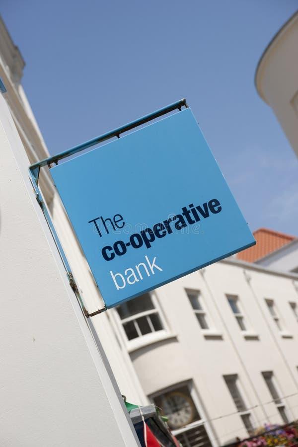 La muestra del banco cooperativo en la calle principal en la ciudad de St Pierre Port St Peter Port, el acuerdo principal de Guer foto de archivo