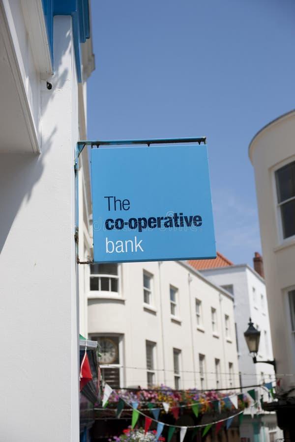 La muestra del banco cooperativo en la calle principal en la ciudad de St Pierre Port St Peter Port, el acuerdo principal de Guer imagen de archivo