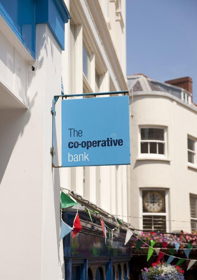 La muestra del banco cooperativo en la calle principal en la ciudad de St Pierre Port St Peter Port, el acuerdo principal de Guer imagenes de archivo