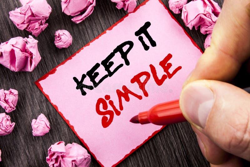 La muestra del texto lo mantiene simple Concepto del negocio para el acercamiento fácil Pin Sticky Note Paper Folded escrito prin fotos de archivo libres de regalías