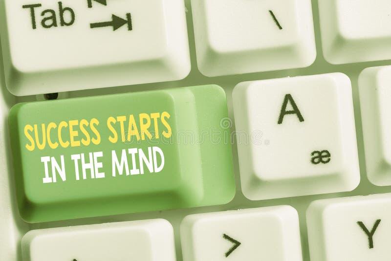 La muestra del texto que muestra ?xito comienza en la mente. Fotografía conceptual Tenga pensamientos positivos logre lo que quie foto de archivo