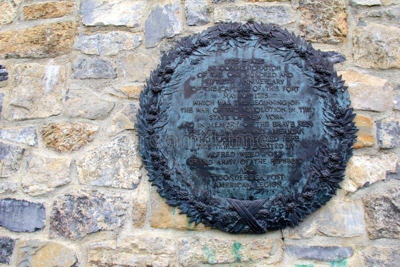 La muestra grabada grande ató a la pared de piedra vieja del fuerte Ticonderoga, explicando historia, 2016 foto de archivo