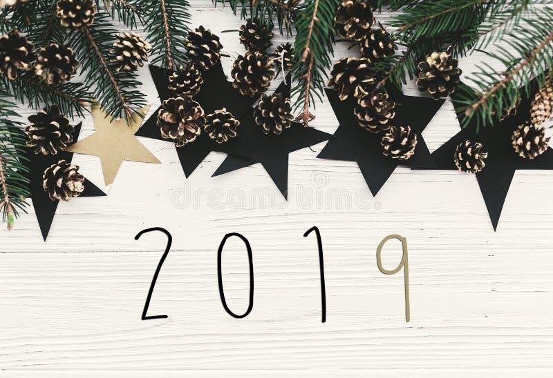 la muestra 2019, texto de la Feliz Año Nuevo en la Navidad moderna pone completamente con foto de archivo libre de regalías