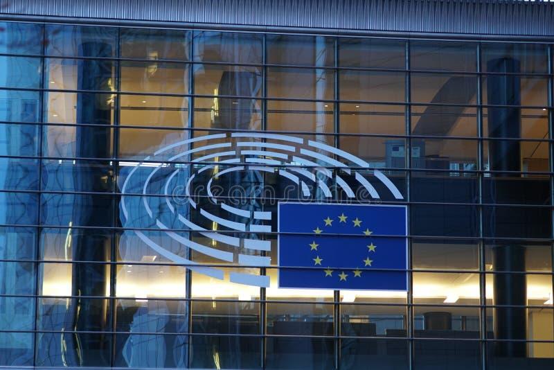 La muestra y la UE señalan símbolo por medio de una bandera en el exterior constructivo de la Comisión Europea fotografía de archivo