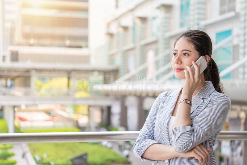 La mujer acertada de la oficina contesta a la llamada de teléfono fotos de archivo libres de regalías