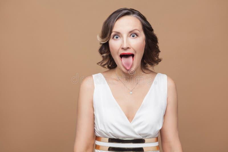 La mujer adulta loca con los ojos grandes machihiembra hacia fuera fotos de archivo