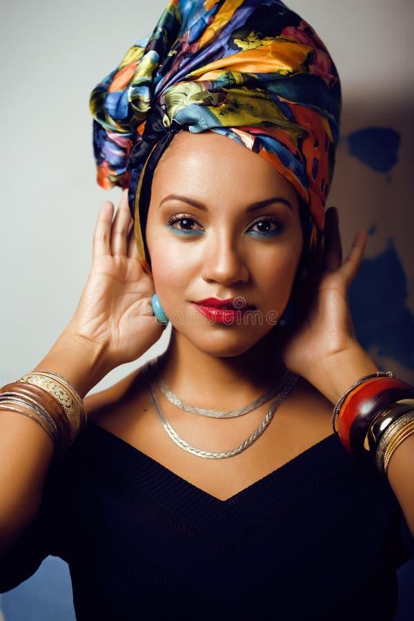 La mujer africana brillante de la belleza con creativo compone fotografía de archivo libre de regalías