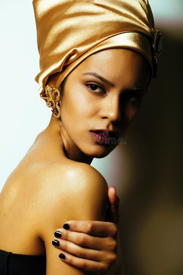 La mujer africana de la belleza en mantón en la cabeza, mirada muy elegante con va imagenes de archivo