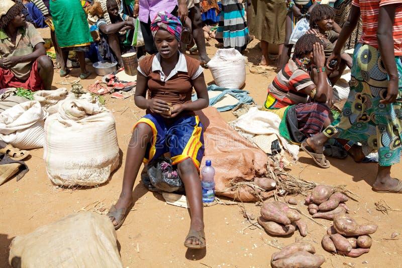 Vendedor africano en el mercado africano fotos de archivo