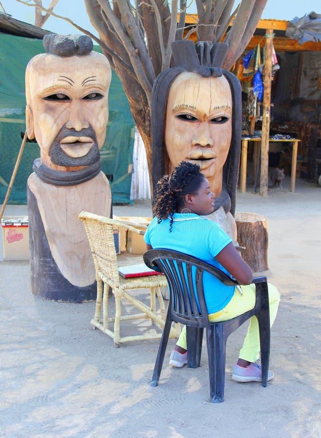 La mujer africana vende el mercado de las esculturas de madera, Okahandja, Namibia fotografía de archivo