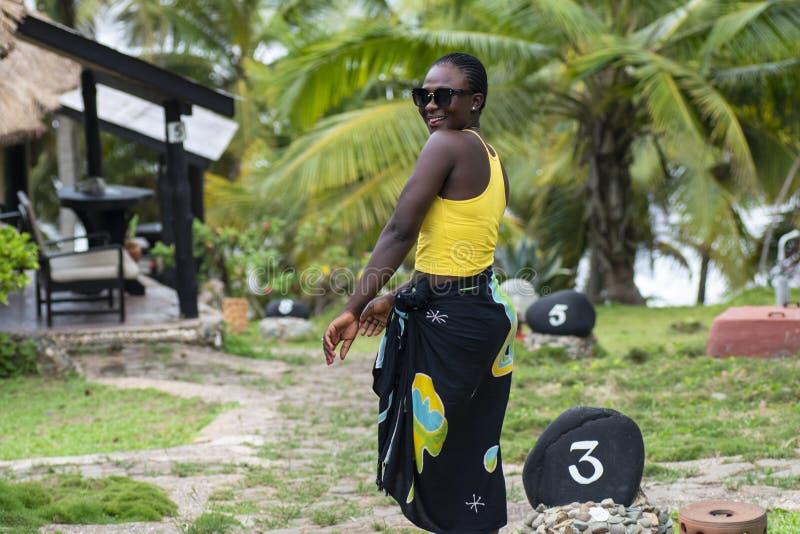 La mujer africana visita el hotel de Axim foto de archivo libre de regalías