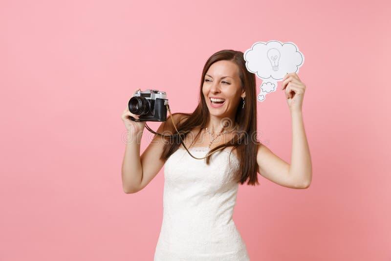 La mujer alegre de la novia en cámara retra de la foto del vintage del control del vestido de boda, dice la burbuja del discurso  foto de archivo
