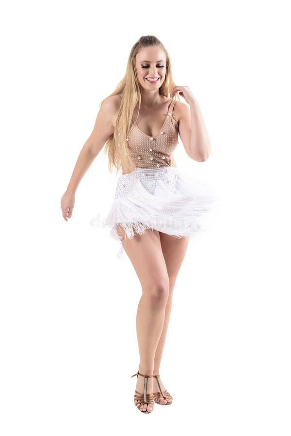 La mujer alegre sonriente en traje profesional viste el baile y la mirada abajo imagenes de archivo