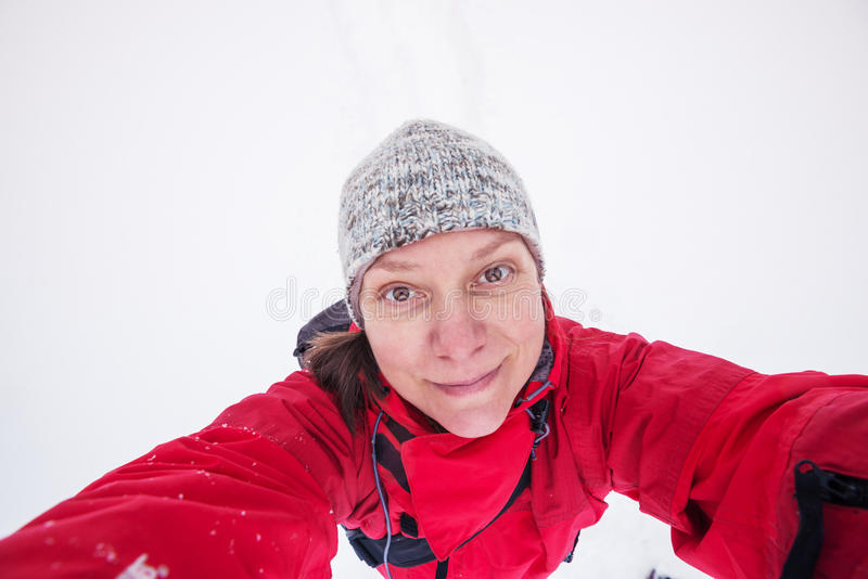 La mujer alegre toma el selfie en el fondo blanco imagen de archivo libre de regalías