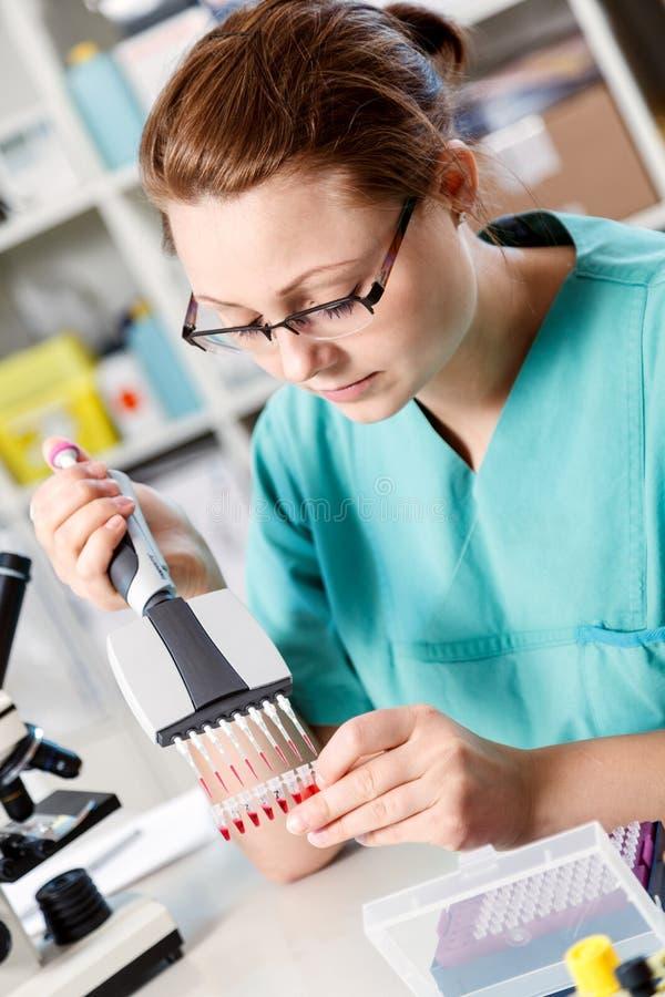 La mujer analiza el código genético fotos de archivo