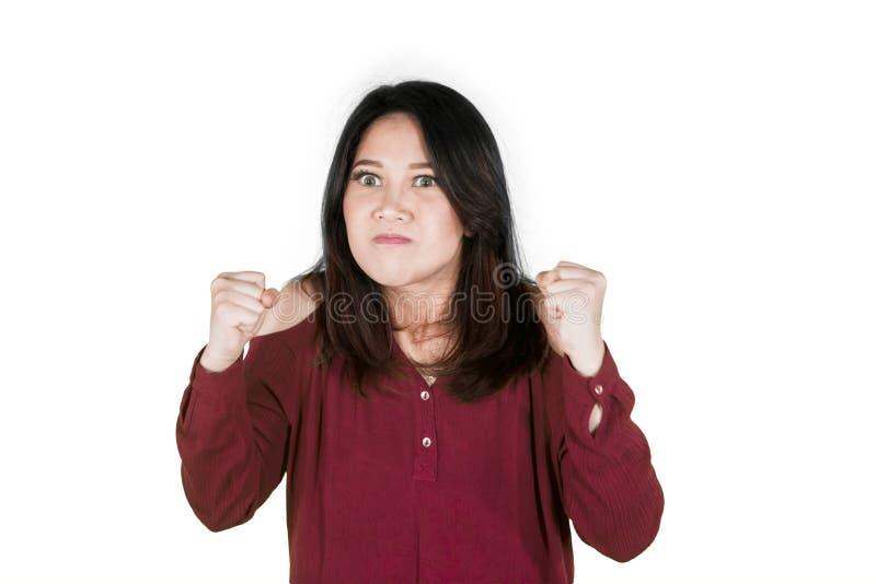 La mujer asiática aprieta los puños con la expresión furiosa foto de archivo libre de regalías