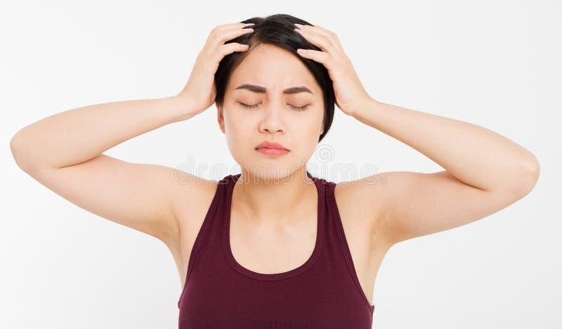 La mujer asiática con el dolor principal, jaqueca femenina, sufre el dolor de cabeza asiático aislado mujer de la muchacha imagen de archivo libre de regalías