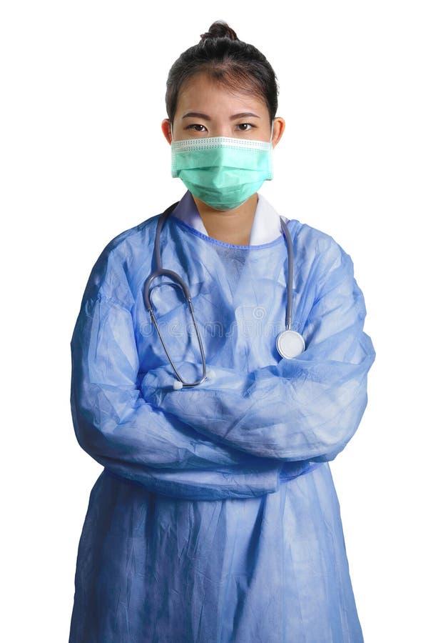 La mujer asiática confiada y acertada joven del doctor de la medicina china en el hospital friega y presentación de la máscara ai fotos de archivo