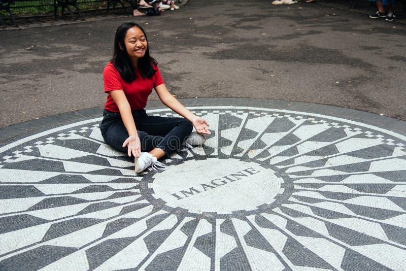 La mujer asiática de Oung que se sienta en se imagina el mosaico imágenes de archivo libres de regalías
