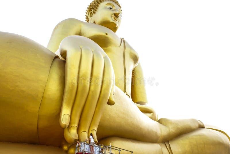 La mujer asiática está pidiendo al Buda más grande en Wat Muang Angthong, fotografía de archivo libre de regalías