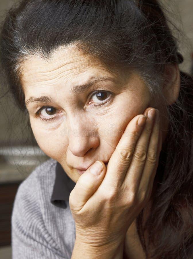 La mujer asiática está teniendo dolor de muelas fotografía de archivo