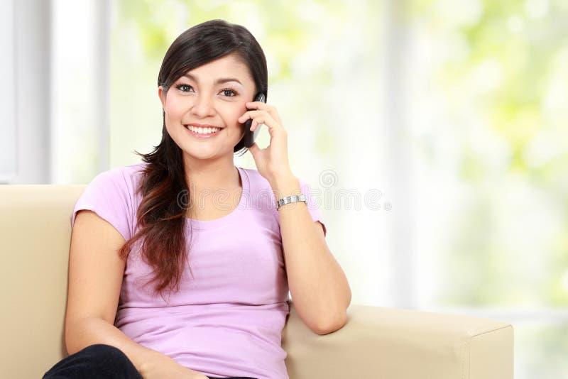 La mujer asiática feliz está llamando foto de archivo