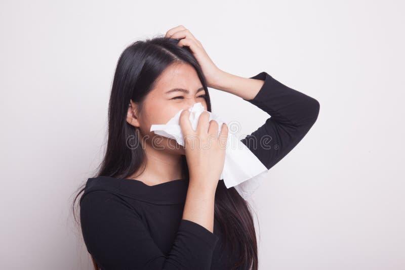 La mujer asiática joven consiguió enferma y gripe fotografía de archivo libre de regalías