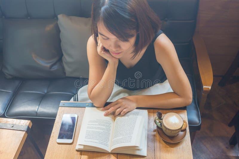 La mujer asiática leyó un libro en tiempo libre fotografía de archivo libre de regalías