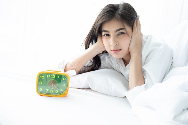 La mujer asiática odia despertar temprano por la mañana Lo soñoliento de la muchacha foto de archivo libre de regalías