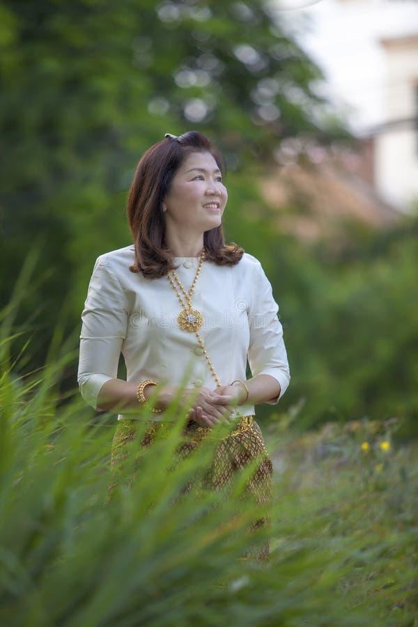 La mujer asiática que lleva la tradición tailandesa del período viste la situación en GR fotografía de archivo