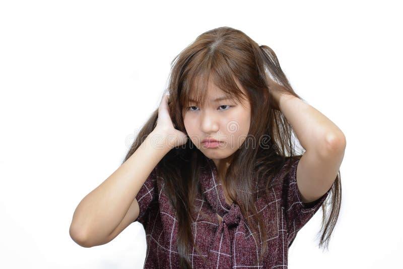 La mujer asiática que rasguña la cabeza que pica con frustra la expresión de la cara imagen de archivo