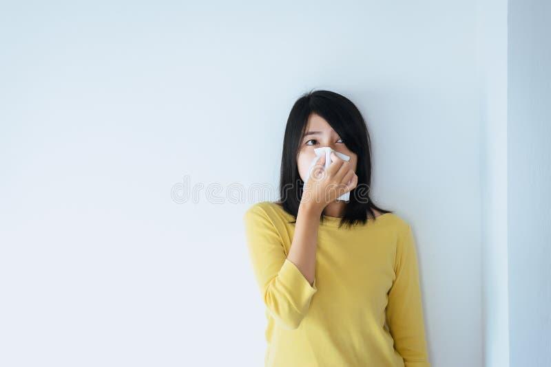 La mujer asiática que usa el tejido con el sino y sufre de sinusitis, sano y nasal foto de archivo libre de regalías
