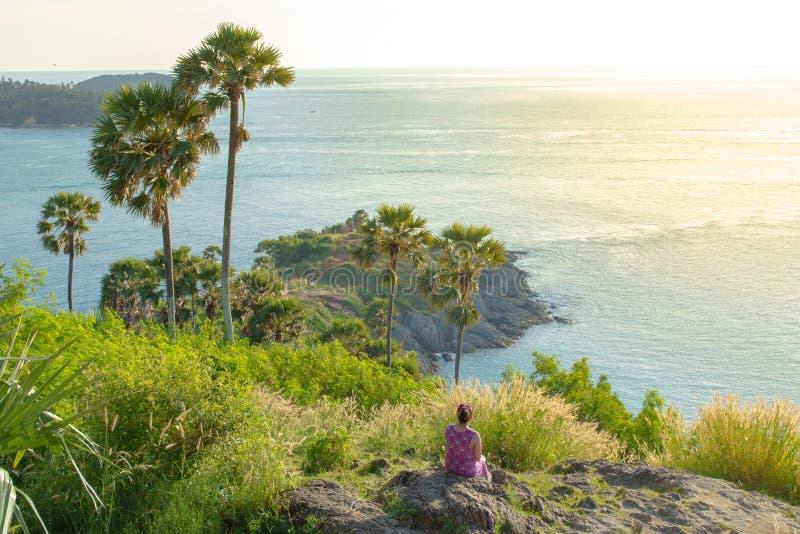 La mujer asiática se sienta y disfrutando de la vista aérea de pintoresco en la isla de Phuket Tailandia imagenes de archivo