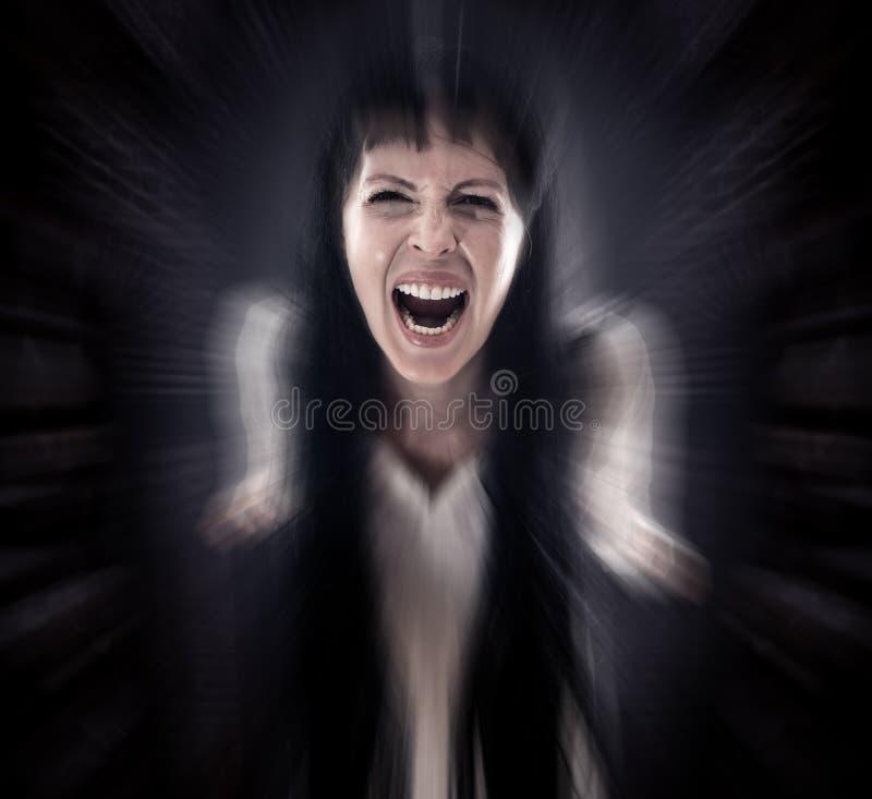 La mujer asustadiza sangrienta loca del zombi grita en la cámara fotografía de archivo