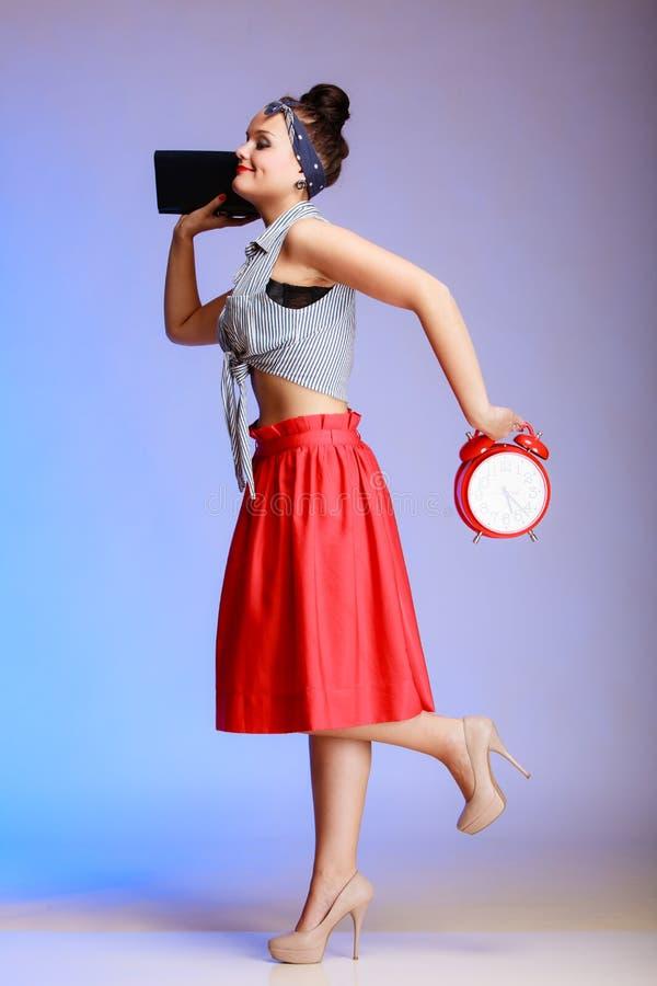 La mujer atractiva de la muchacha integral del perno-para arriba con el reloj es atrasada para la fecha. foto de archivo