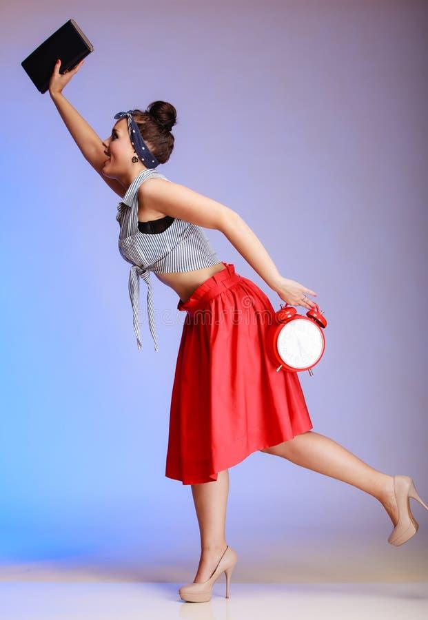 La mujer atractiva de la muchacha integral del perno-para arriba con el reloj es atrasada para la fecha. imágenes de archivo libres de regalías