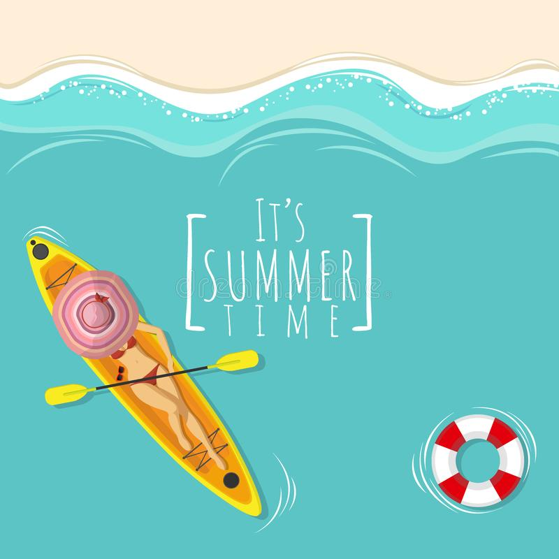 La mujer atractiva en traje de natación del bikini toma tomar el sol en el barco del kajak sobre el mar azul con el espacio de la libre illustration