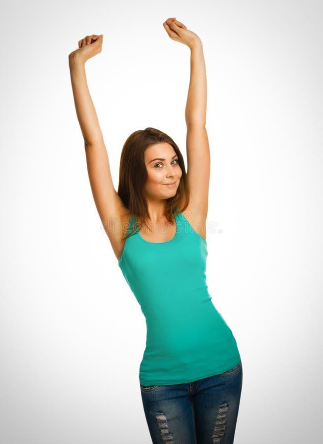 La mujer aumentó sus manos encima de la mirada feliz del éxito foto de archivo libre de regalías