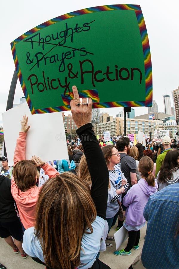 La mujer aumenta la muestra en Atlanta marzo para nuestro evento de vidas imagen de archivo