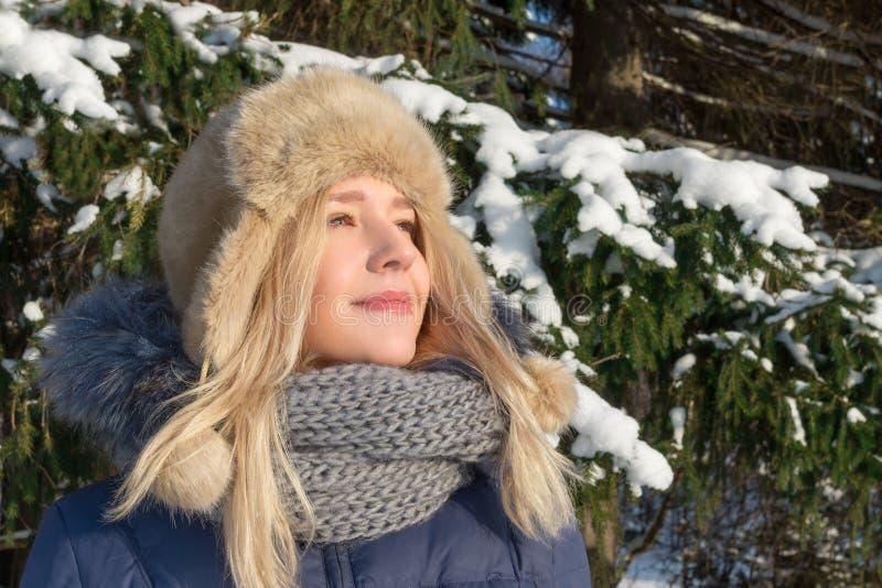 La mujer bastante joven en sombrero de piel disfruta de luz del sol fotos de archivo libres de regalías