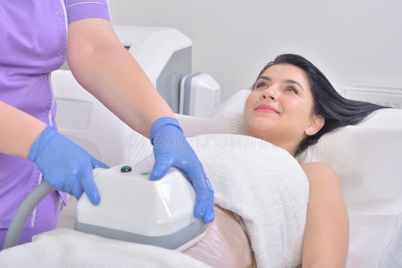 La mujer bastante joven que consigue a cryolipolyse el tratamiento gordo adentro profesa imágenes de archivo libres de regalías