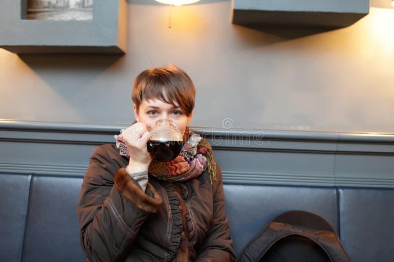La mujer bebe la cerveza fotos de archivo libres de regalías