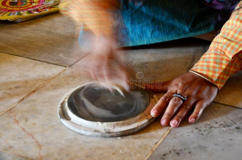 La mujer birmana hizo thanaka del polvo de la corteza de tierra imagenes de archivo