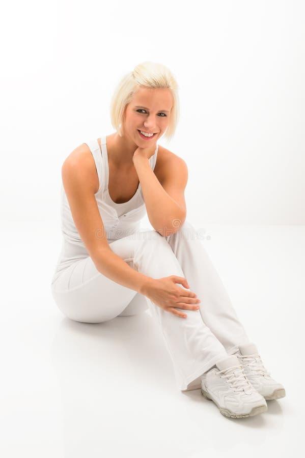 La mujer blanca de la aptitud se relaja en el ejercicio de Pilates imagenes de archivo