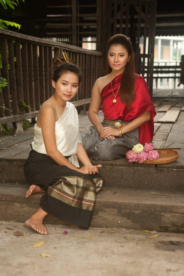 La mujer bonita en estilo tailandés viste en la presentación. imagen de archivo