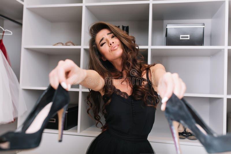 La mujer bonita en guardarropa no puede tomar la decisión imágenes de archivo libres de regalías