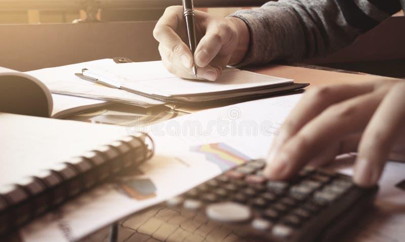 La mujer calcula sobre costo y las finanzas el hacer en Ministerio del Interior imagen de archivo libre de regalías