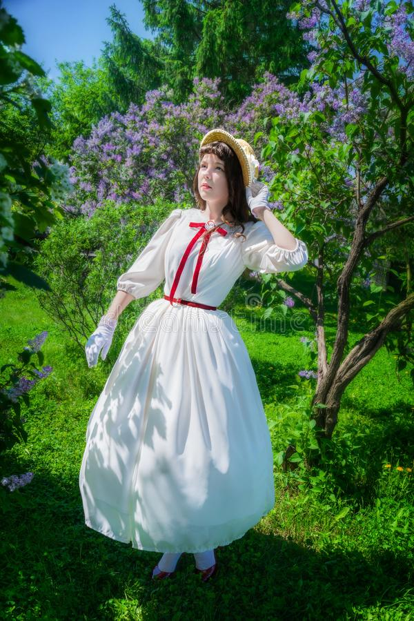 La mujer camina en el parque en primavera fotos de archivo