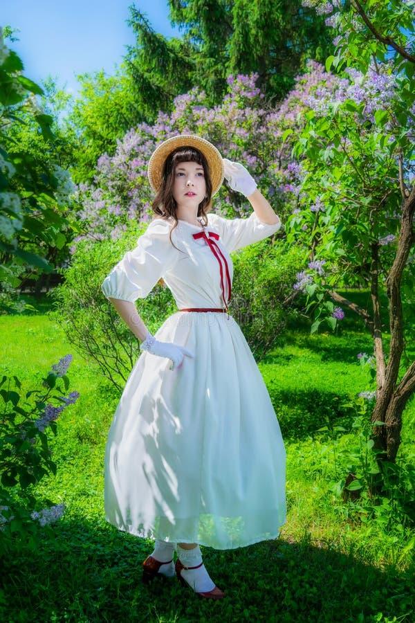 La mujer camina en el parque en primavera fotografía de archivo